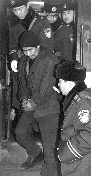 Подозреваемый, доставленный в Пекин (1993 год) Фото: russian.dbw.cn