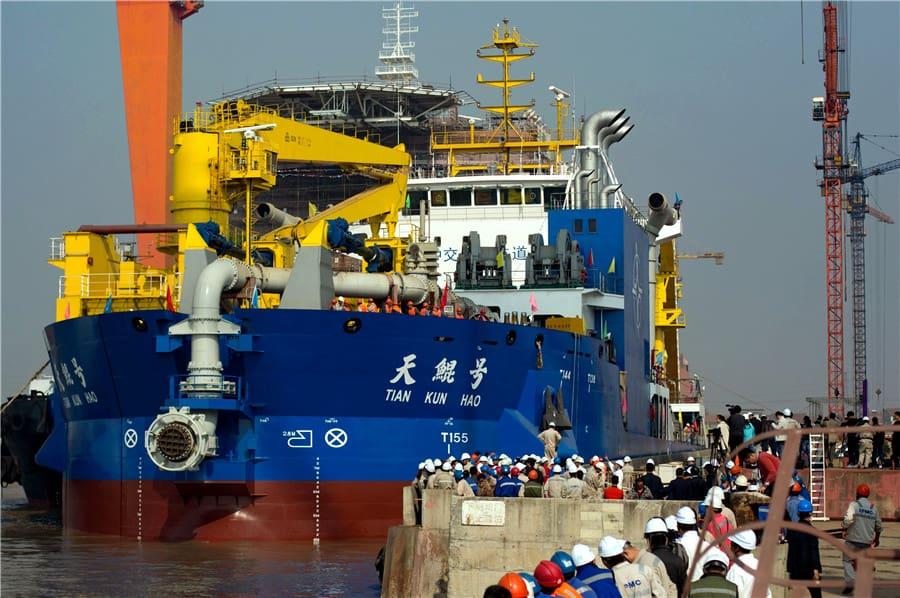 Самое огромное вАзии судно для создания островов спущено наводу