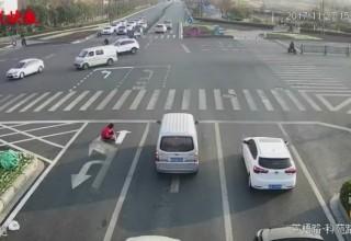 «Сделай сам»: китаец нарисовал дорожную разметку, чтобы быстрее добираться домой