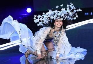 Китайская модель упала во время дефиле Victoria's Secret. Все ей очарованы