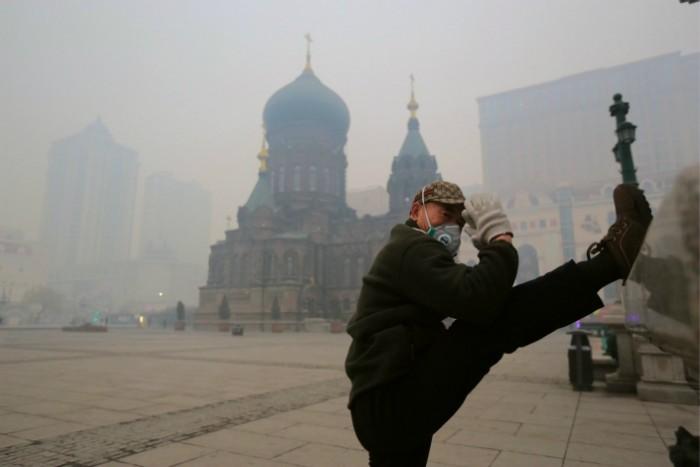 Концентрация вредных частиц в Харбине резко увеличилась с 35 до 622 мкг/куб. м. в середине октября из-за неконтролируемого сжигания с/x отходов в провинции Хэйлунцзян. Фото: IC
