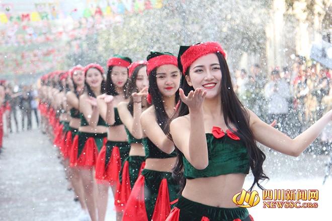 Студенты Сычуаньского колледжа устроили свое Victoria's Secret Show