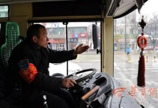 В Китае водитель автобуса объявлял остановки по-английски и стал онлайн-знаменитостью
