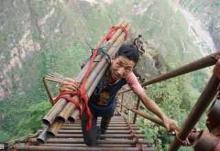 Китайская «деревня на скале» станет достопримечательностью