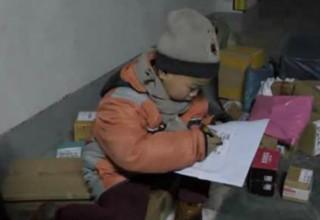 Семилетний курьер: в Китае мальчик доставляет посылки вместо учебы