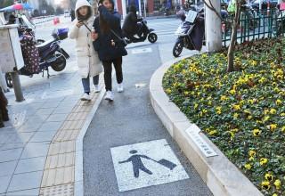 На тротуарах Шанхая появились выделенные дорожки для чемоданов с колесиками