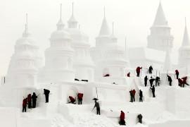 Рабочие строят снежный замок в городе Чанчунь, провинция Цзилинь