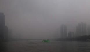 Прогулочный корабль плывет по Жемчужной реке в Гуанчжоу. В последние дни в городе установился сильный туман.