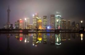 Финансовый район Шанхая Луцзяцзуй во время дождя.