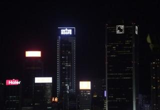 Группа руферов вывела свое послание на крыше небоскреба в Гонконге