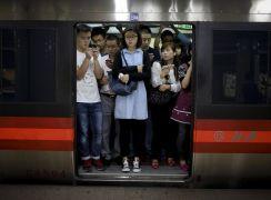 Пассажиры пекинского метро во время часа-пик.