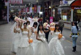 Забег в свадебных платьях: жительницы Чунцина устроили акцию в преддверии Дня холостяков
