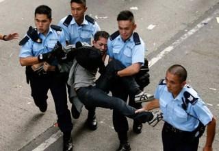 Более 100 протестующих задержаны при разборе баррикад в Гонконге