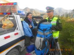 Китайский автоинспектор помог заблудившейся туристке из России