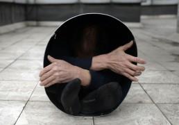 58-летний мужчина с демонстрирует, как он помещается в металлическом ведре диаметром 40 сантиметров, Чунцин.
