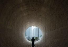 Внутренняя часть инсталляции «Лодка» художника Чжу Цзиньши, Гонконг.