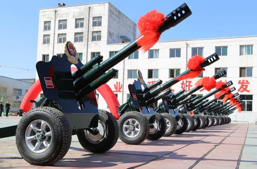 Группа из 12 орудий готовится приветствовать лидеров государств, которые прибудут на военный парад в честь 70-летия окончания Второй мировой войны, провинция Шаньси
