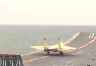 В Китае опубликовано видео взлета и посадки истребителей J-15 на палубу авианосца
