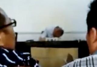 В Китае пьяный судья уснул на заседании