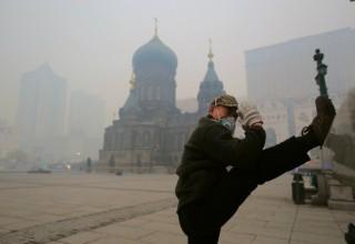 Власти 4 китайских городов не справились со смогом из-за соломы