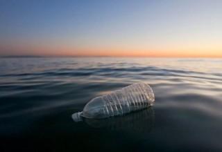 Китай разработал пластик, который разлагается в морской воде