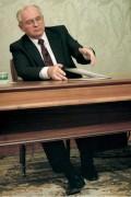 Михаил Горбачев подписывает речь об отсавке, китайский фотограф