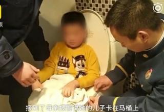 Доигрался. Китайский ребенок застрял в унитазе