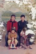 Китайский художник позирует с останками своего отца, старое фото