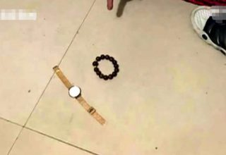 В Китае вор прятался от хозяев дома под кроватью. Его нашли спящим и сообщили в полицию
