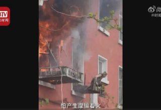 В Китае соседи спасли  пенсионерку от пожара. Она спрыгнула с балкона
