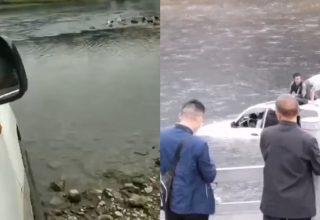 Китаец снимал на видео, как едет на машине через реку. На середине он застрял