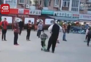 Пожилая китаянка специально сбила ребенка с самокатом. Он заехал на площадку для танцев