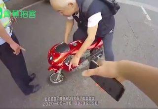Китайский пенсионер выехал на дорогу на детском мотоцикле. Он не хотел идти пешком