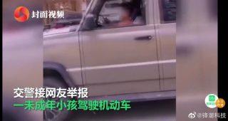 Китайский мальчик за рулем машины