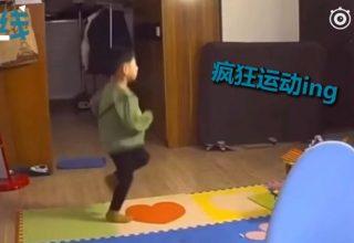 В Китае мальчик тренировался сквозь слезы, когда учительница в шутку упрекнула его в полноте