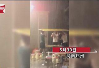 В Китае дождь не помешал друзьям продолжить застолье на улице. Их спасла картонка
