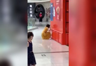 Китаянка устроила истерику в торговом центре из-за подтвержденного теста на Covid-19