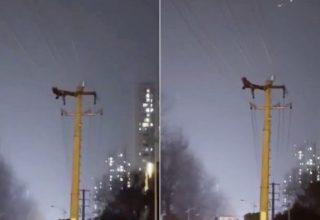 Китаец забрался на высоковольтный столб, чтобы покачать пресс. Из-за него тысячам людей отключили свет