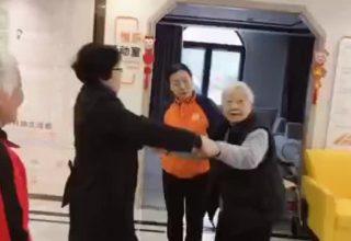 Немощная китайская пенсионерка встала с инвалидного кресла. Ей якобы вернула силы старая революционная песня